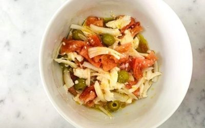 Ensalada de tomate y burrata con cebolla y aceituna