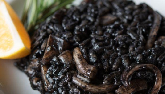 Arroz negro con calamares en su tinta de lata, una receta fácil y riquísima